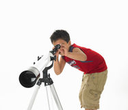 Menino asiático com um telescópio Imagens de Stock