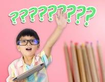 Menino asiático da criança que levanta a mão para a pergunta imagens de stock
