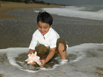 Menino asiático na praia Imagem de Stock Royalty Free
