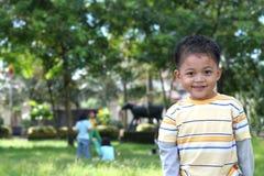 Menino asiático na terra do jogo Fotografia de Stock