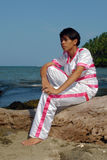 Menino asiático no traje da dança sonhador na praia. imagens de stock royalty free