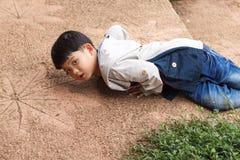 Menino asiático obtido o acidente e a queda Fotos de Stock