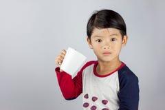 Menino asiático que guarda o vidro do leite Fotos de Stock
