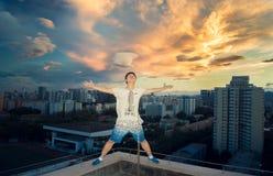 Menino asiático que olha o céu imagens de stock royalty free