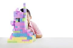 Menino asiático que joga com blocos Fotografia de Stock