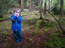 Menino assustado na floresta escura Fotografia de Stock