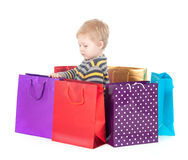 Menino atrativo com sacos de compras foto de stock royalty free