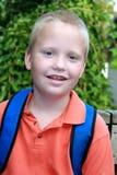 Menino autístico que espera o auto escolar Imagem de Stock