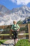 Menino bávaro de Smilling em uma paisagem bonita da montanha Foto de Stock