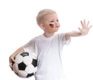 Menino bonito com bola de futebol e bandeira de Alemanha Foto de Stock