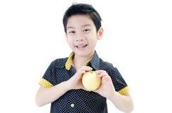 Menino bonito com a maçã no fundo branco Fotografia de Stock