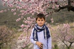 Menino bonito com um lenço nos jardins Imagens de Stock Royalty Free