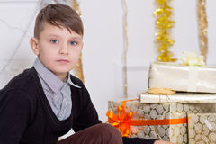 Menino bonito com uma caixa de presente Imagem de Stock