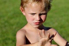 Menino bonito da criança que tenta recordar como velho é Fotografia de Stock Royalty Free