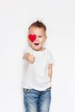 Menino bonito de sorriso no t-shirt branco com coração vermelho Amor imagem de stock