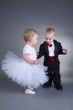 Menino bonito e menina no vestido de casamento Fotografia de Stock