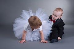Menino bonito e menina no vestido de casamento fotos de stock