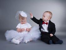 Menino bonito e menina no vestido de casamento fotos de stock royalty free
