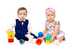 Menino bonito e menina que jogam junto Fotografia de Stock Royalty Free