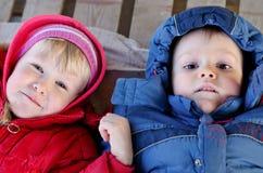 Menino bonito e menina que olham acima na câmera Fotografia de Stock