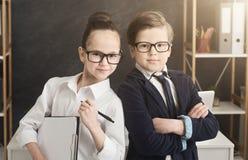 Menino bonito e menina que trabalham junto como a equipe imagem de stock royalty free