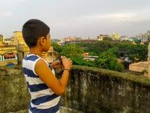 Menino bonito em um telhado fotografia de stock