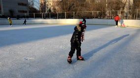 Menino bonito feliz com clother do inverno, patinando durante o dia, tendo o divertimento vídeos de arquivo