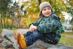 Menino bonito no parque do outono Imagem de Stock