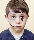 Menino bonito pequeno com facepaint como o apocalipse do zombi no fim do partido do Dia das Bruxas conceito acima, do deleite ou  Imagens de Stock Royalty Free