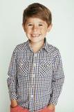 Menino bonito pequeno no gesto branco do fundo Foto de Stock Royalty Free