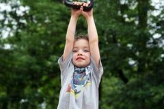 Menino bonito que balanç no parque Imagem de Stock