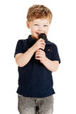 Menino bonito que canta Foto de Stock Royalty Free