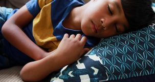 Menino bonito que dorme no sofá 4k vídeos de arquivo
