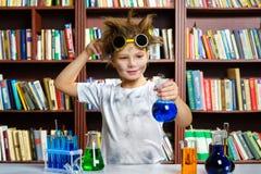 Menino bonito que faz a pesquisa da bioquímica na química imagens de stock