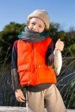 Menino bonito que guarda peixes Fotos de Stock Royalty Free