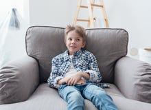 Menino bonito que relaxa em casa Fotos de Stock Royalty Free