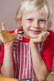 Menino bonito que sustenta o coração do amor do pão-de-espécie fotografia de stock