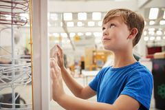 Menino branco novo que olha acima na exibição da ciência, fim acima fotografia de stock royalty free