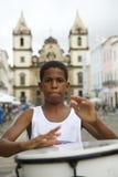 Menino brasileiro Pelourinho de rufar estando Salvador imagens de stock royalty free