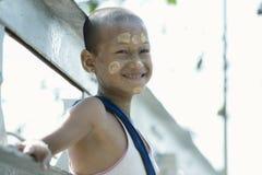 Menino burmese de sorriso com os círculos do tanakha pintados em sua cara Imagens de Stock