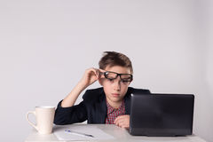 Menino cansado novo do negócio no terno e nos monóculos Fotografia de Stock