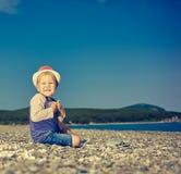 Menino caucasiano bonito no beira-mar Imagem de Stock