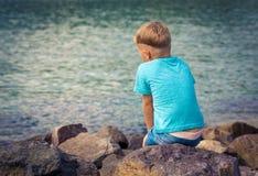 Menino caucasiano bonito no beira-mar Fotos de Stock Royalty Free