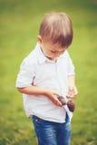 Menino caucasiano com cones do pinho Fotos de Stock Royalty Free