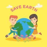 Menino caucasiano e menina que abraçam o planeta da terra Fotos de Stock
