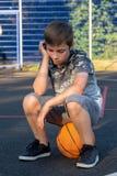 menino caucasiano Pre-adolescente que joga fora foto de stock
