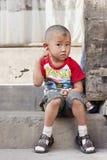 Menino chinês na frente de sua HOME Foto de Stock