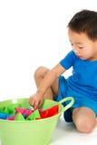 Menino chinês que joga com barcos de papel Fotografia de Stock