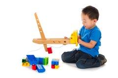 Menino chinês que joga com brinquedos imagem de stock
