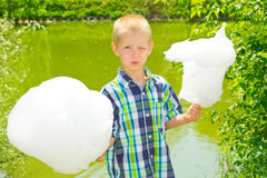 Menino com algodão doce Fotografia de Stock